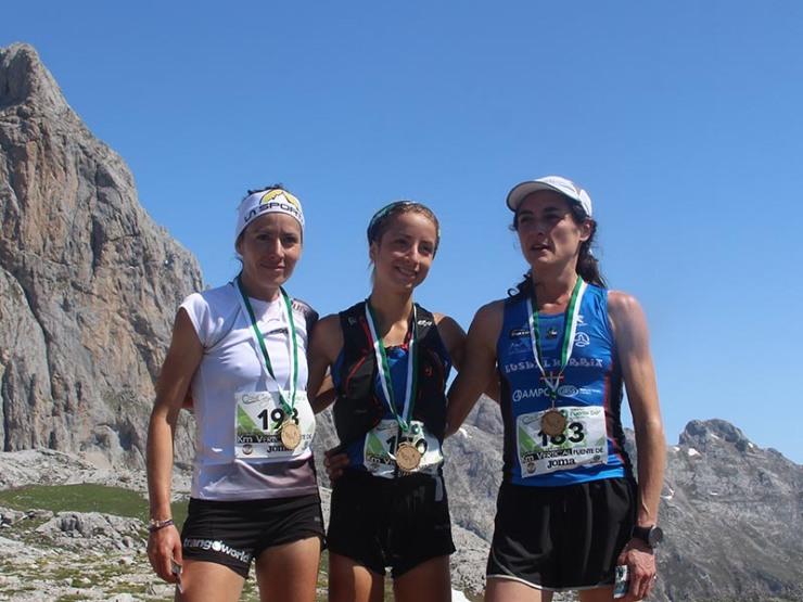 Vanesa Ortega, Paula Cabrerizo y Aitziber Ibarbia en la cima de Fuente Dé.